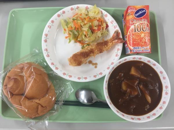 主食:米パン飲物:オレンジジュース主菜:エビフライ副菜:カラフルサラダおわん:ビーフシチュー