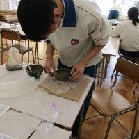 美術科で焼き物の授業